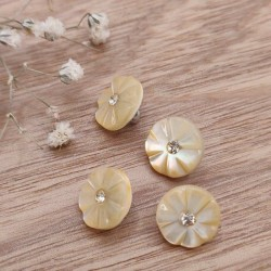 Bouton de couture nacre forme fleurs